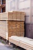 Los paneles de madera almacenados dentro de un almacén Foto de archivo