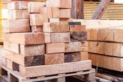 Los paneles de madera almacenados dentro de un almacén Fotos de archivo