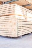 Los paneles de madera almacenados dentro de un almacén Imágenes de archivo libres de regalías