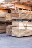 Los paneles de madera almacenados dentro de un almacén Fotografía de archivo