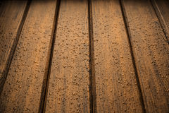 Los paneles de madera de la textura del marrón oscuro con las gotas de agua Fotos de archivo libres de regalías