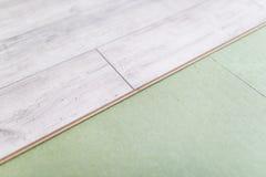 Los paneles de madera en el nuevo suelo laminado antes instalan foto de archivo