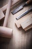 Los paneles de madera martillan los cinceles planos en el fondo de madera c Imagen de archivo libre de regalías