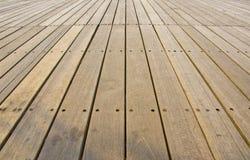 Los paneles de piso de madera naturales en un parque Imagen de archivo libre de regalías