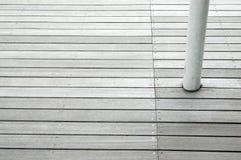 Los paneles de suelo de madera con la columna blanca Imágenes de archivo libres de regalías
