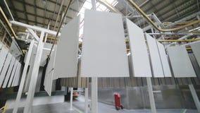 Los paneles del metal blanco se mueven en un transportador de arriba almacen de metraje de vídeo
