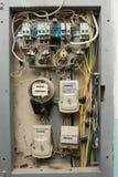Los paneles eléctricos con los metros de la electricidad, instalados en el piso de un apartamento de varios pisos Fotografía de archivo