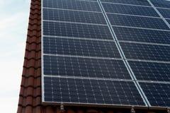 Los paneles fotovoltaicos de la energía de la energía solar Imagenes de archivo