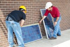 Los paneles fotovoltaicos de medición Imágenes de archivo libres de regalías