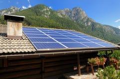 Los paneles fotovoltaicos en las montan@as Imágenes de archivo libres de regalías