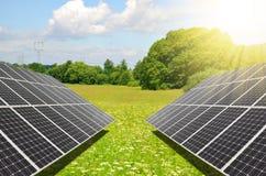 Los paneles fotovoltaicos generan la energía limpia Foto de archivo libre de regalías