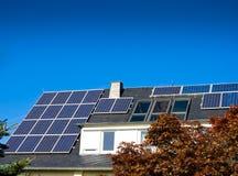 Los paneles (fotovoltaicos) solares Imágenes de archivo libres de regalías