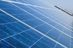 Los paneles fotovoltaicos solares Imagen de archivo