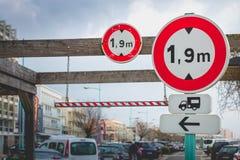 Los paneles franceses que indican la altura limitada Imagen de archivo