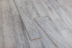 Los paneles grises de madera en el nuevo suelo laminado antes instalan fotografía de archivo