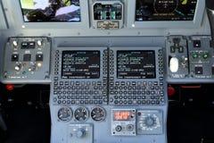 Los paneles múltiples del sistema de control de los aviones de jet fotos de archivo