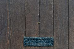 Los paneles negros de la puerta del vintage con la caja de letra antigua - textura/fondo de alta calidad imagenes de archivo