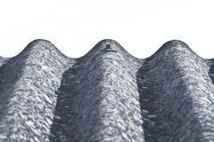 Los paneles peligrosos del tejado del amianto - uno de los materiales más peligrosos del sector de la construcción - imagen con e foto de archivo