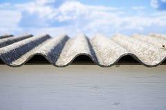 Los paneles peligrosos del tejado del amianto - uno de los materiales m?s peligrosos del sector de la construcci?n imagen de archivo libre de regalías