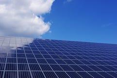 Los paneles solares bajo el cielo azul Fotografía de archivo