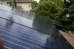 Los paneles solares con el cielo reflectiing Fotos de archivo libres de regalías