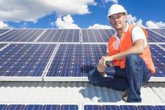 Los paneles solares con el técnico Fotos de archivo