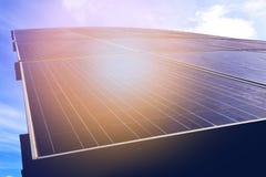 Los paneles solares contra el cielo azul Fotos de archivo libres de regalías