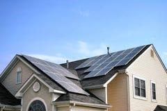 Los paneles solares de la energía verde reanudable en la azotea de la casa Foto de archivo libre de regalías