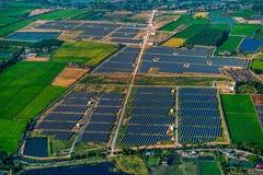 Los paneles solares de la granja solar Foto de archivo libre de regalías