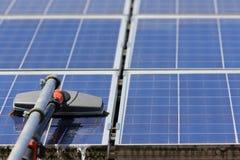Los paneles solares de limpieza Imagen de archivo libre de regalías