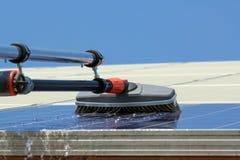 Los paneles solares de limpieza Foto de archivo libre de regalías