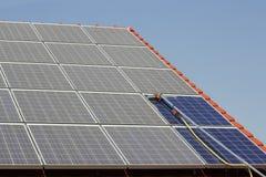 Los paneles solares de limpieza Fotografía de archivo libre de regalías