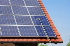 Los paneles solares de limpieza Fotos de archivo