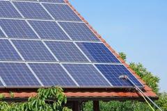 Los paneles solares de limpieza Imagenes de archivo