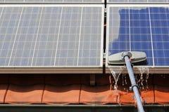 Los paneles solares de limpieza Imagen de archivo