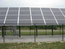 Los paneles solares debajo de un cielo nublado Fotografía de archivo
