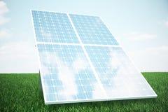 los paneles solares del ejemplo 3D en hierba El panel solar produce energía verde, respetuosa del medio ambiente del sol Concepto Imagen de archivo libre de regalías