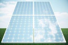 los paneles solares del ejemplo 3D en hierba El panel solar produce energía verde, respetuosa del medio ambiente del sol Concepto Fotos de archivo libres de regalías