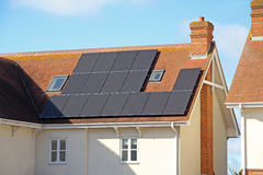 Los paneles solares del tejado Fotos de archivo libres de regalías