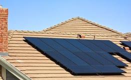 Los paneles solares del tejado Imagenes de archivo