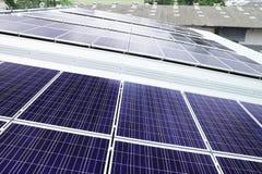 Los paneles solares del tejado en el tejado de Warehouse Foto de archivo libre de regalías