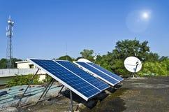 Los paneles solares domésticos Imagen de archivo