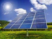 Los paneles solares en campo del diente de león Foto de archivo libre de regalías