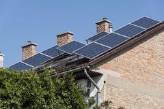 Los paneles solares en casa Fotos de archivo libres de regalías