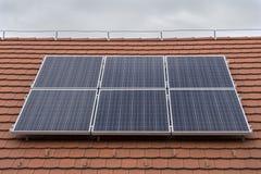 Los paneles solares en casa Fotografía de archivo
