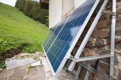 Los paneles solares en choza del apline Imagen de archivo