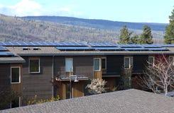 Los paneles solares en condominios. Fotos de archivo libres de regalías
