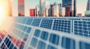 Los paneles solares en edificios reflejan la ciudad Imagen de archivo