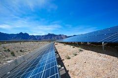 Los paneles solares en el desierto de Mojave. Imágenes de archivo libres de regalías