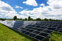 Los paneles solares en el ingenio de la naturaleza un cielo azul imágenes de archivo libres de regalías